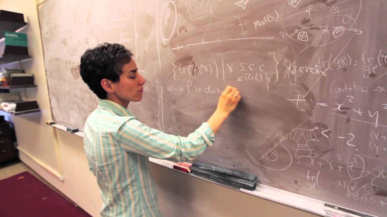 La matemática iraní dando clase en Stanford.