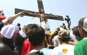 Crucifixiones en Filipinas: entre el fervor religioso, la fiesta gore y la recaudación