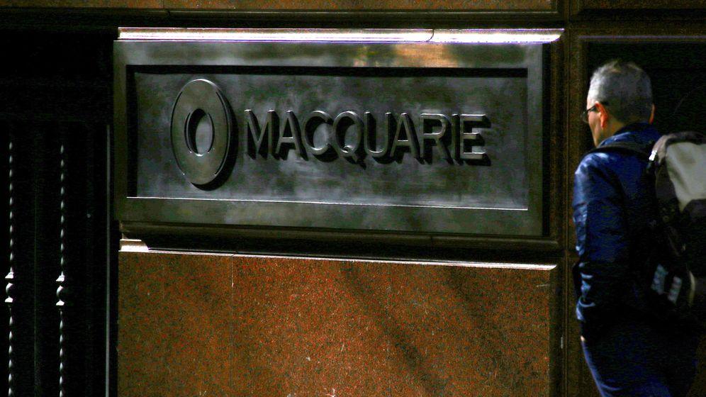 Foto: Un viandante pasa junto a la sede del grupo Macquarie en Sídney. (Reuters)
