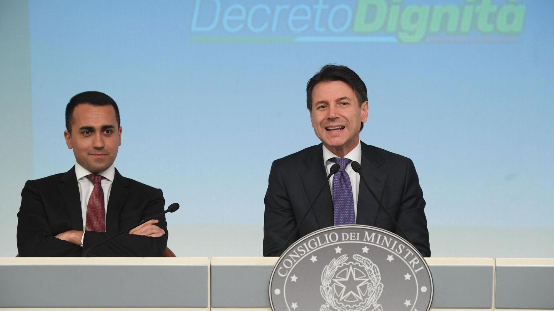 El primer ministro italiano, Giuseppe Conte, y el ministro de Trabajo y líder del M5S Luigi Di Maio ofrecen una rueda de prensa en el Palacio Chigi de Roma, el 3 de julio de 2018. (EFE)