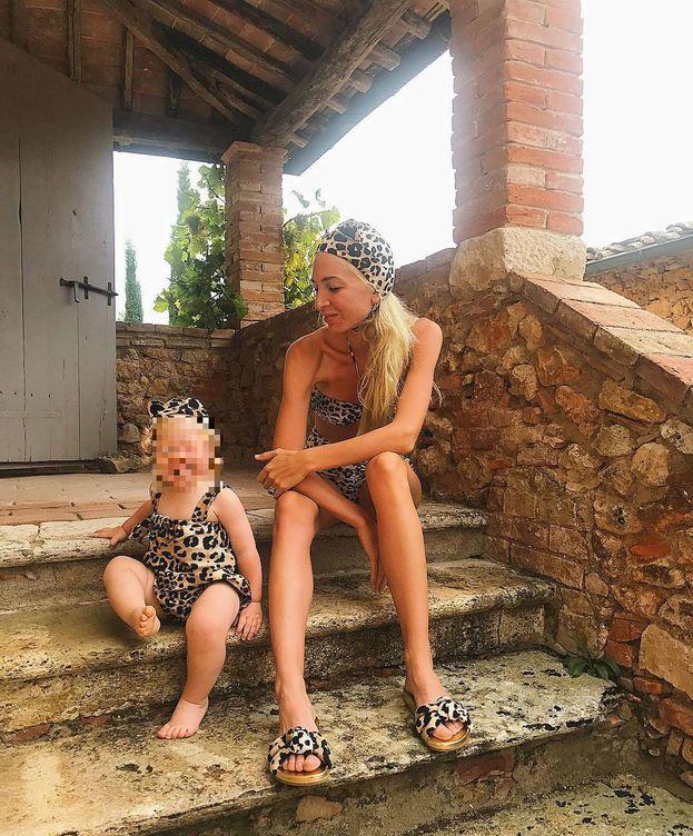 Foto: Sabine Getty, con su hija de vacaciones. (Instagram)