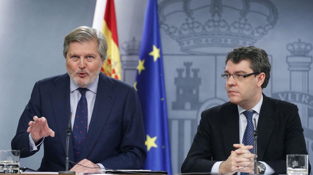 Foto: El portavoz del Ejecutivo, Iñigo Méndez de Vigo (izda), acompañado del ministro de Energía, Álvaro Nadal. (EFE)