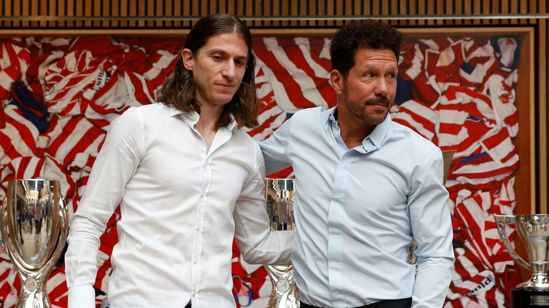 Simeone acompañó a Filipe en la despedida del brasileño del Atleti. (EFE)