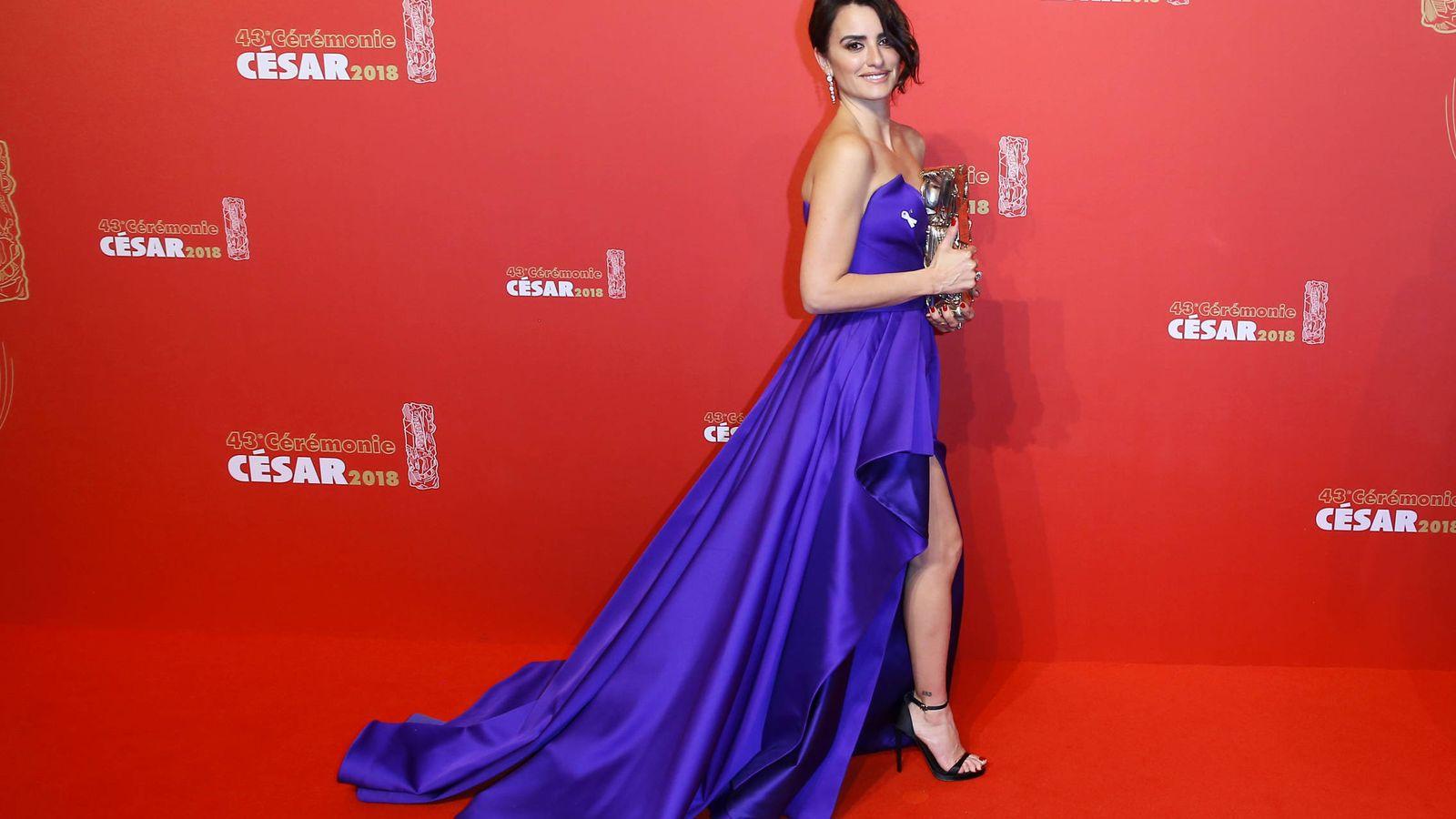 Noticias de Famosos: Los detalles del vestido de Penélope Cruz con el que  ha recogido el César de Honor