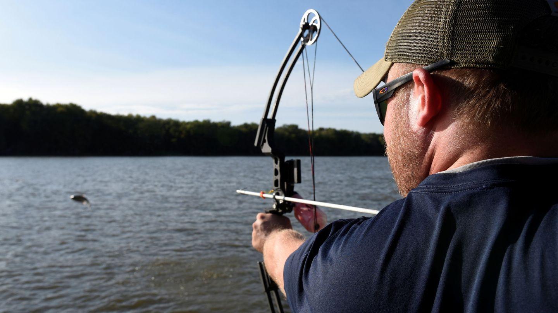 Pesca deportiva con arco y flecha de carpa asiática en EEUU. Reuters