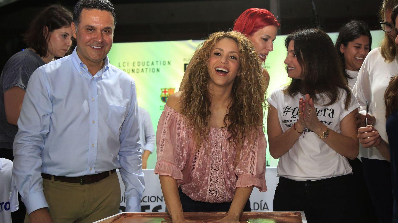 Shakira pone sus manos sobre una plancha de barro durante el acto de inauguración de la obra de su nuevo colegio.(EFE)
