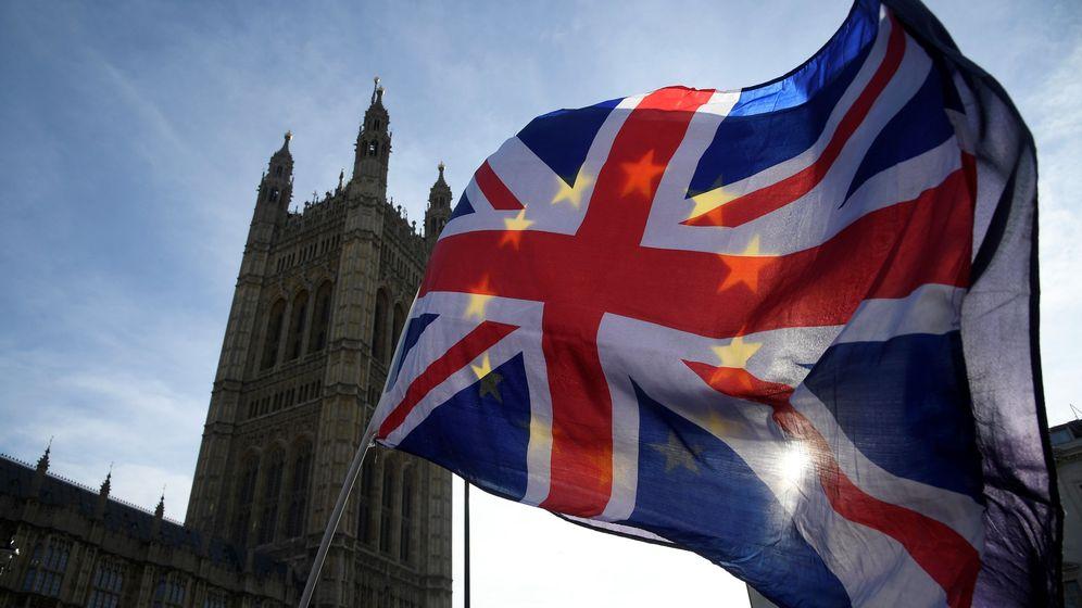 Foto: Una persona ondea una bandera de Reino Unido con una europea en una manifestación antiBrexit. (Reuters)