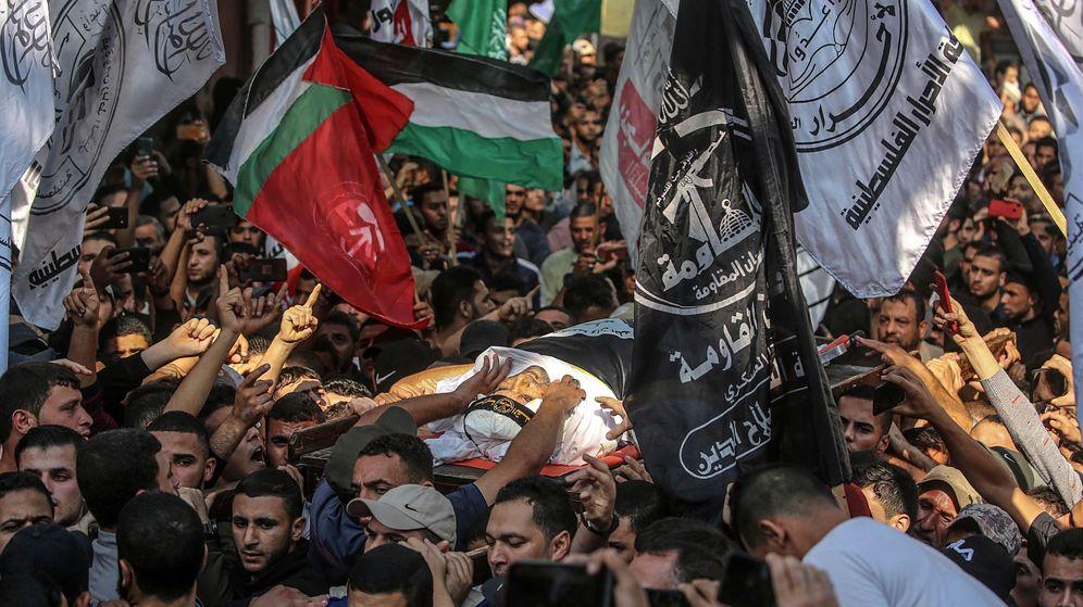 Foto: Palestinos llevan el cuerpo del líder de yihad islámica en Gaza. (EFE)