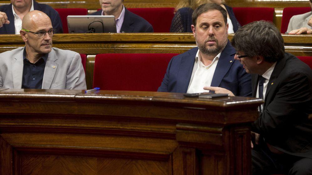 Foto: Junqueras y Raül Romeva junto a Puigdemont en pleno en el Parlament. (EFE)