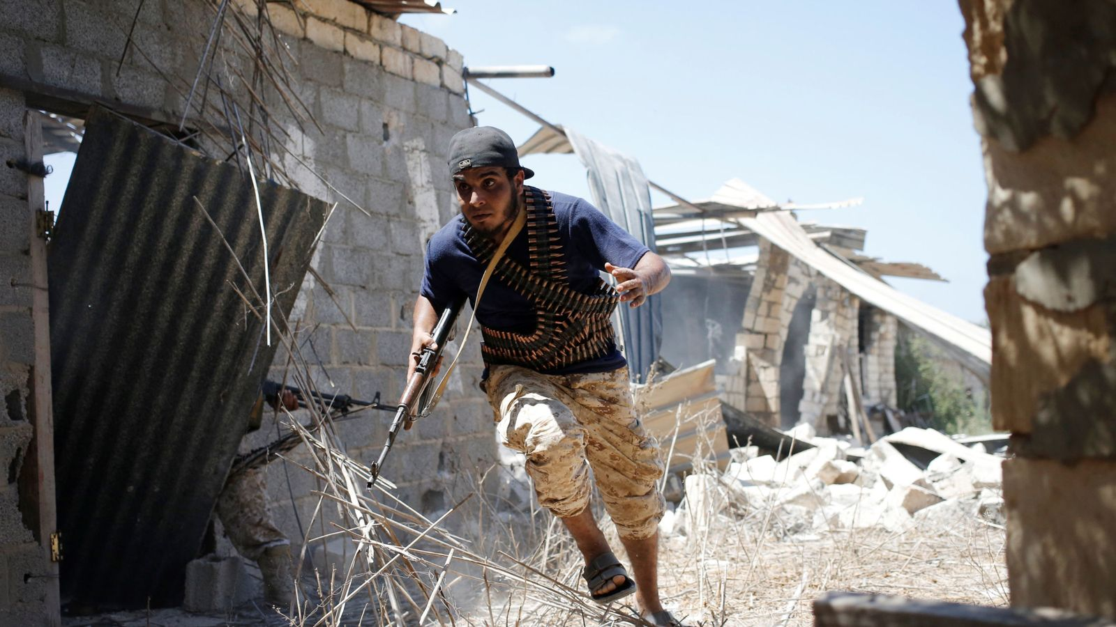 Foto: Un miliciano libio de las fuerzas apoyadas por la ONU durante choques con fuerzas del ISIS en Sirte (Reuters).