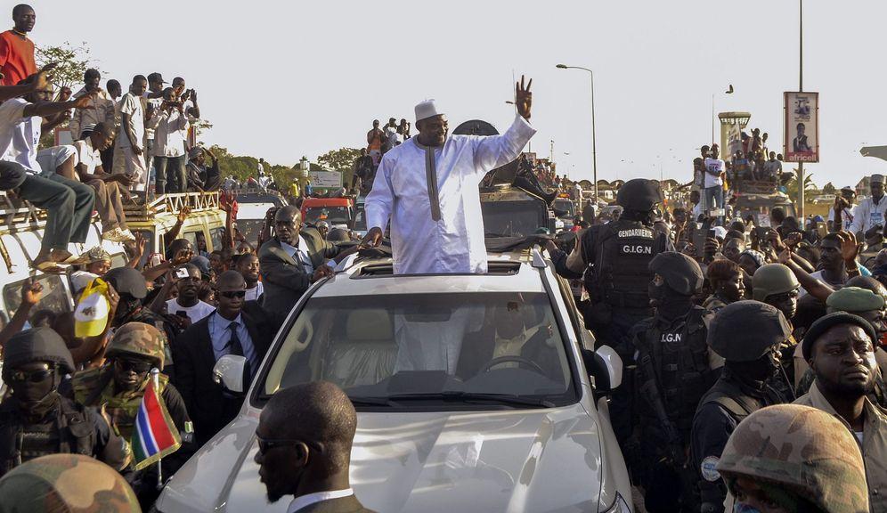 Foto: El nuevo presidente de Gambia, Adama Barrow, mientras saluda a sus simpatizantes a su llegada al aeropuerto de Banjul, Gambia, el 26 de enero de 2017 (Efe).