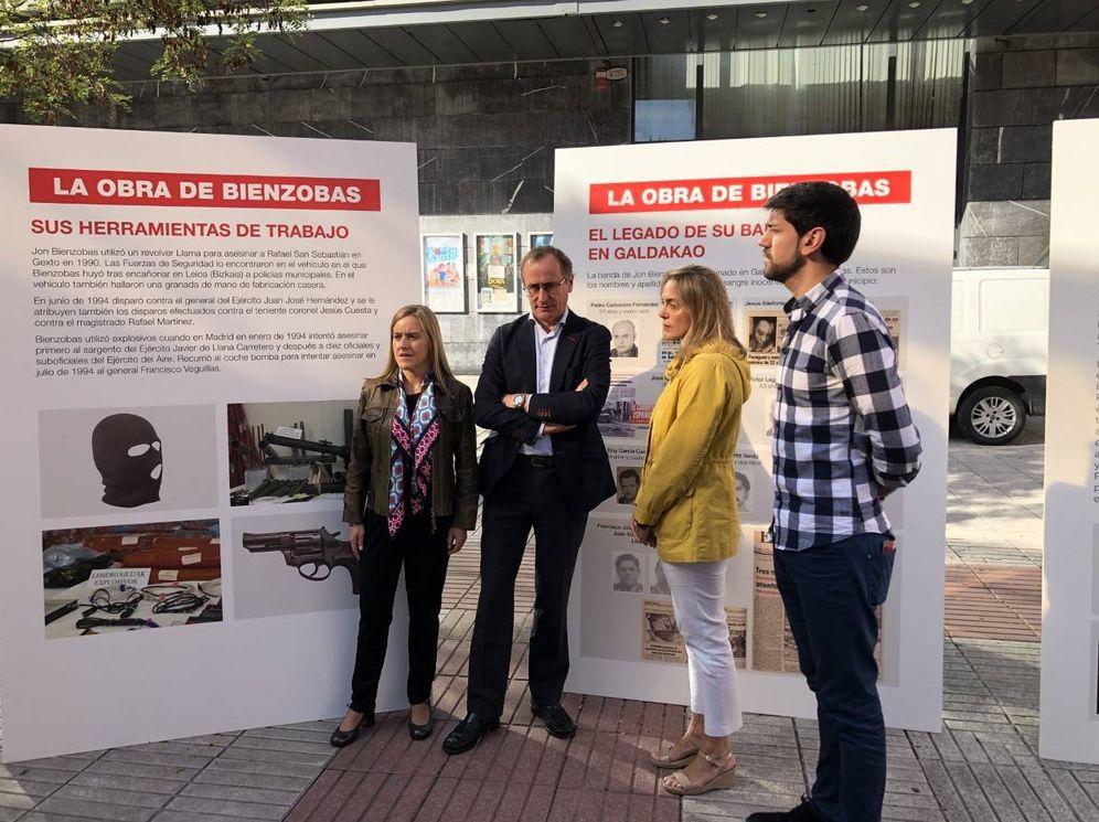 Foto: Alfonso Alonso, acompañado de dirigentes del PP vasco, este lunes en la inauguración de la contramuestra con la auténtica obra del etarra Jon Bienzobas en Galdakao. (EC)