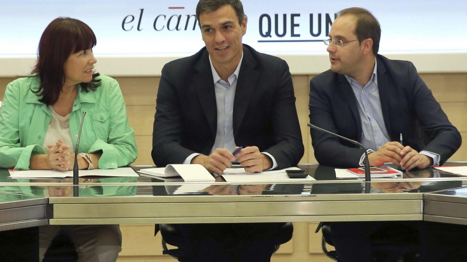 Foto: Pedro Sánchez, flanqueado por Micaela Navarro y César Luena, durante la reunión de la Comisión Permanente del PSOE, este 28 de septiembre. (EFE)
