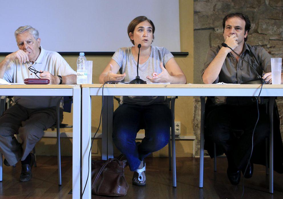 Foto: Jimenez Villarejo, de Podemos, junto a Ada Colau y Jaume Asens de Guanyem Barcelona. (EFE)