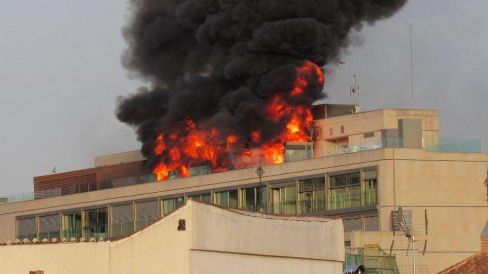 Foto: Incendio en un edificio de Gran Vía. (Twitter @Brucemeld)