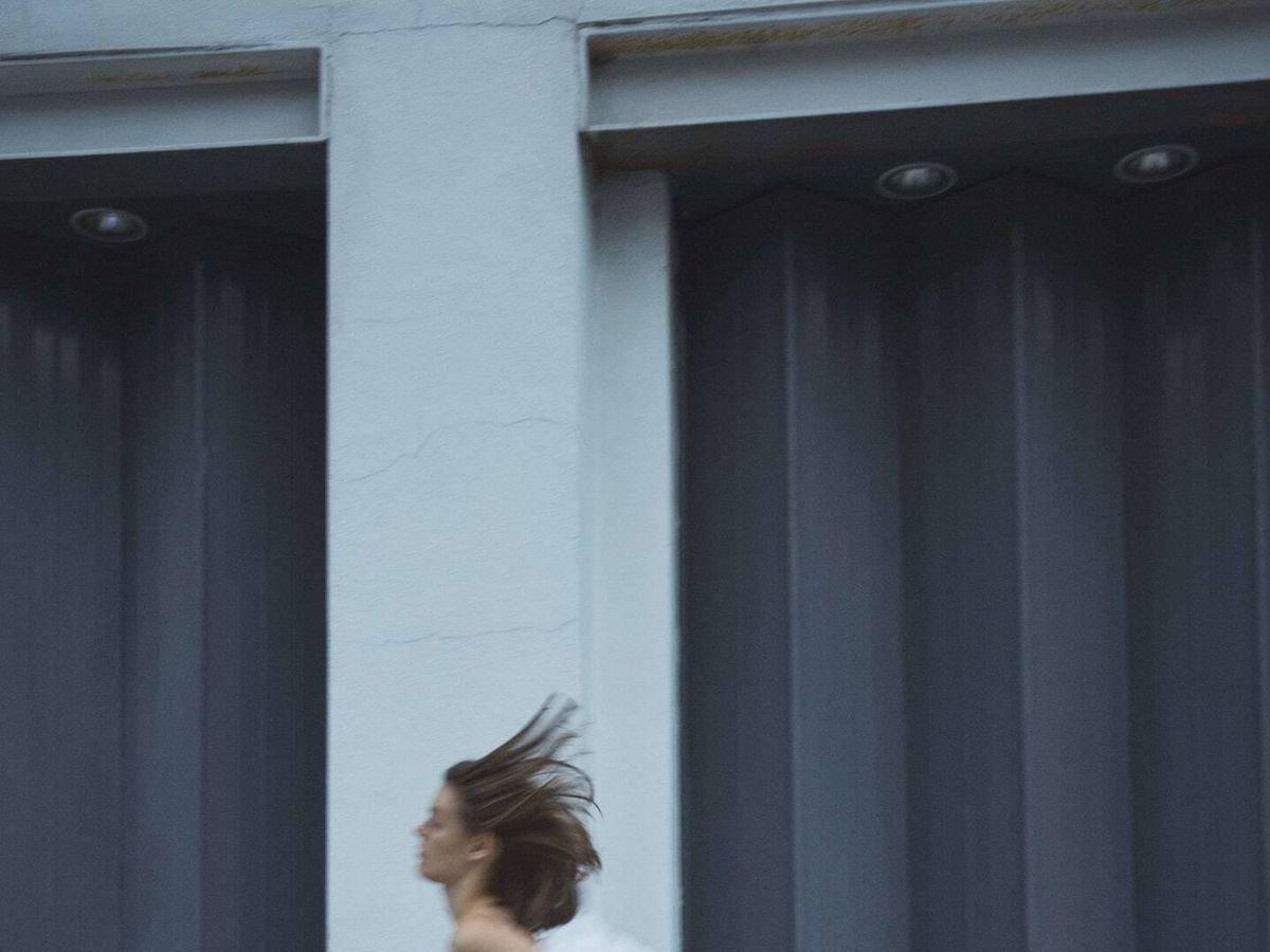 Foto: Top blanco de volantes y vaquero de Zara. (Cortesía)