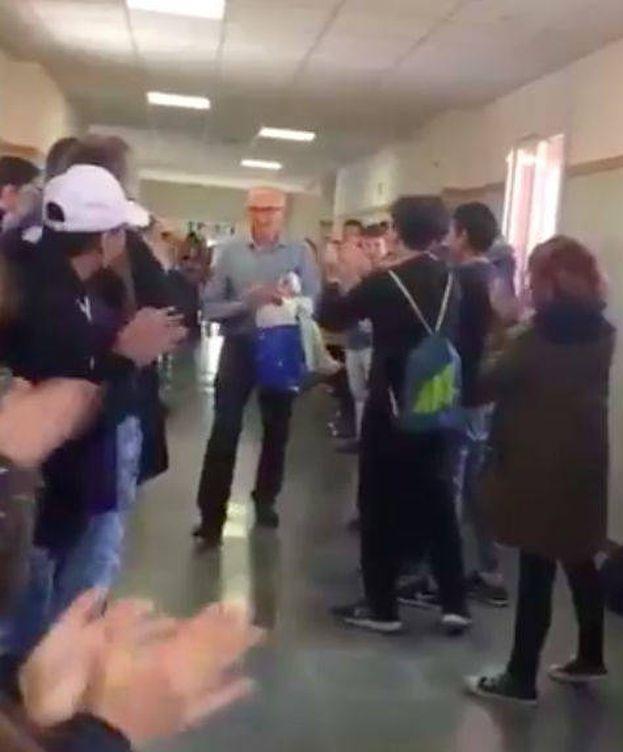 Foto: Los alumnos de Agustín Moreno le aplauden y vitorean en medio del instituto.