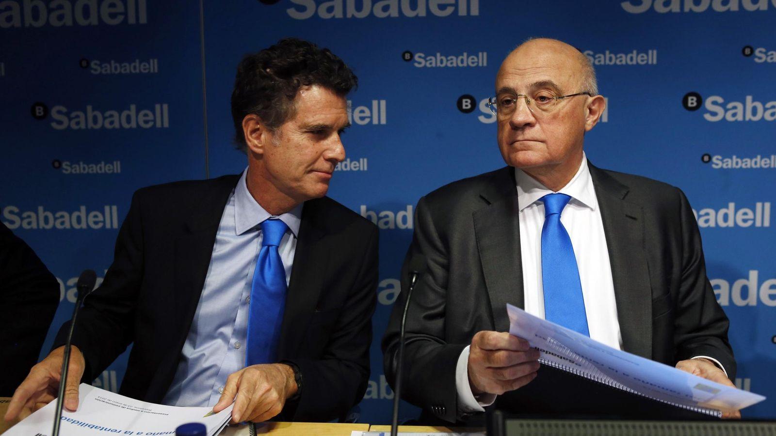 Foto: Jaume Guardiola y Josep Oliu, CEO y presidente del Banco Sabadell. (EFE)