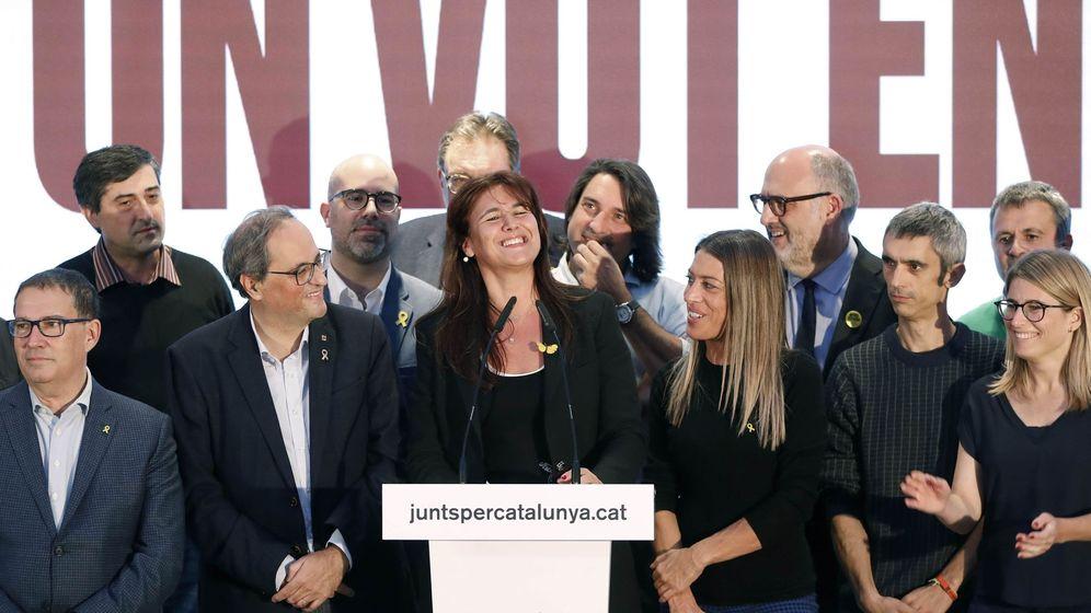 Foto:  La cabeza de lista de Junts per Catalunya, Laura Borrás (c), celebra junto al presidente de la Generalitat, Quim Torra (i), y sus compañeros los resultados conseguidos por el partido en las generales. (EFE)