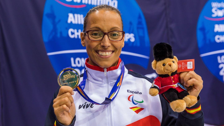Teresa Perales posa con una medalla de oro en los campeonatos mundiales de 2019. (EFE)