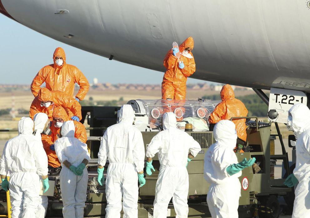 Foto: Personal sanitario repatria a uno de los infectados de ébola. (EFE).