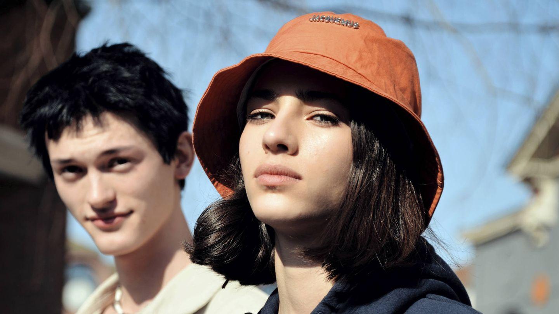 Además de las barreras cosméticas, las barreras físicas como los sombreros reducen el impacto del sol sobre la piel del rostro. (Imaxtree)