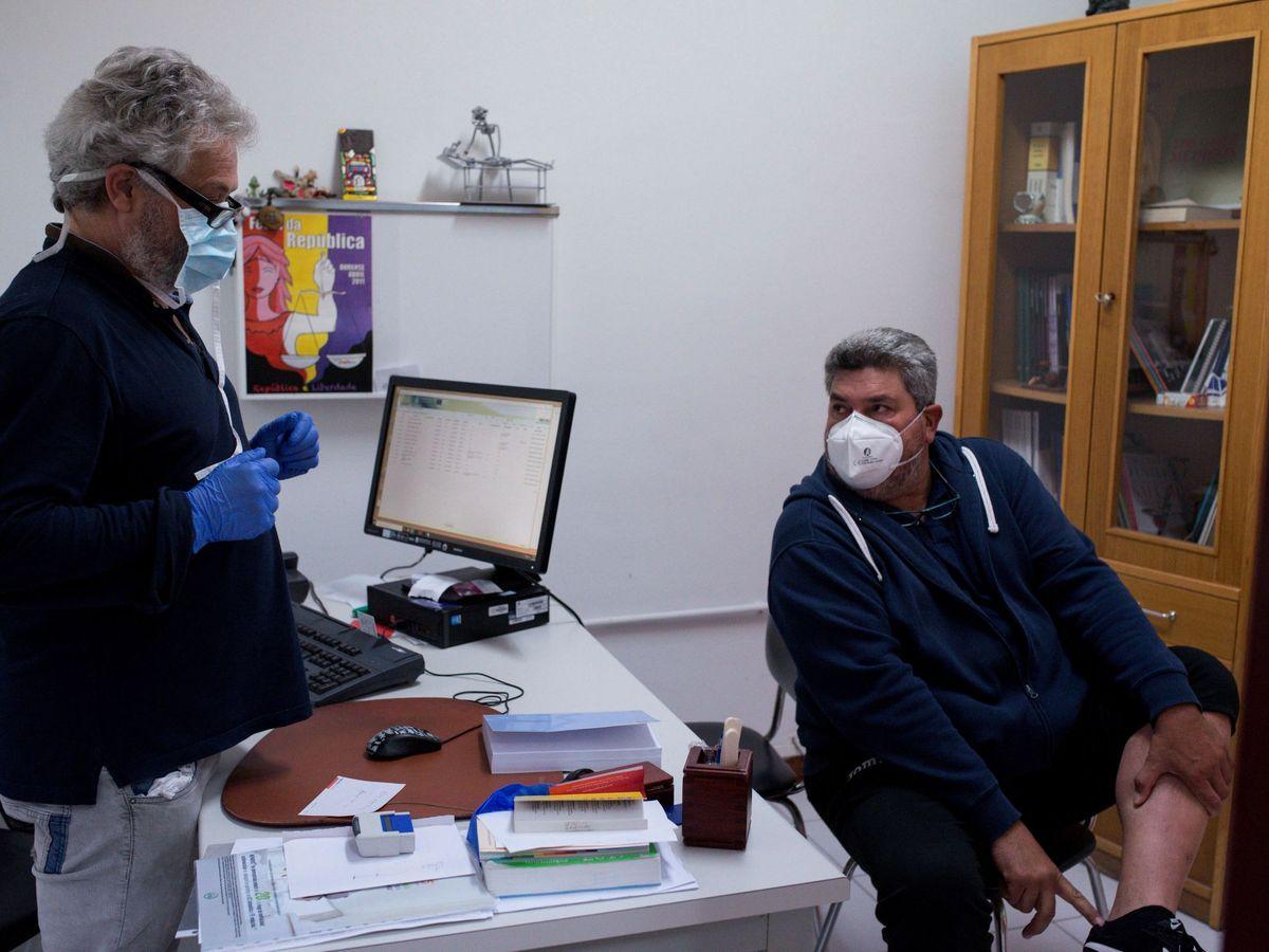 Foto: La consulta de un médico de un pueblo gallego. (EFE)