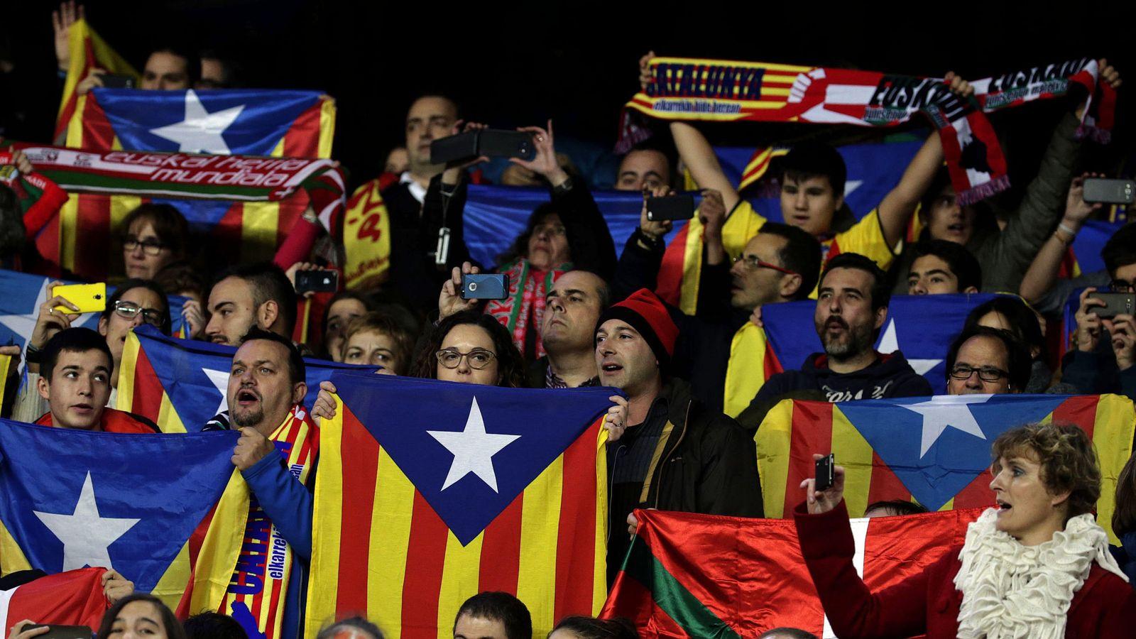 Foto: Varias personas sostienen esteladas durante el partido amistoso que las selecciones de Cataluña y Euskadi. (Efe)