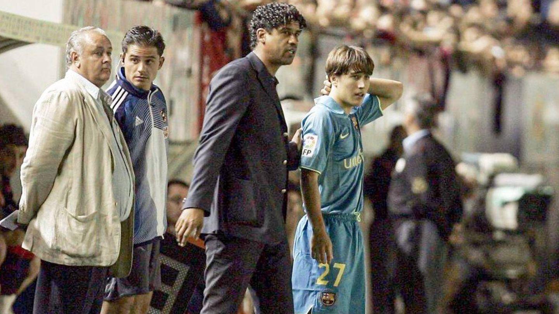 Bojan junto a Rijkaard en el día de su debut con el Barcelona. (@BoKrkic)