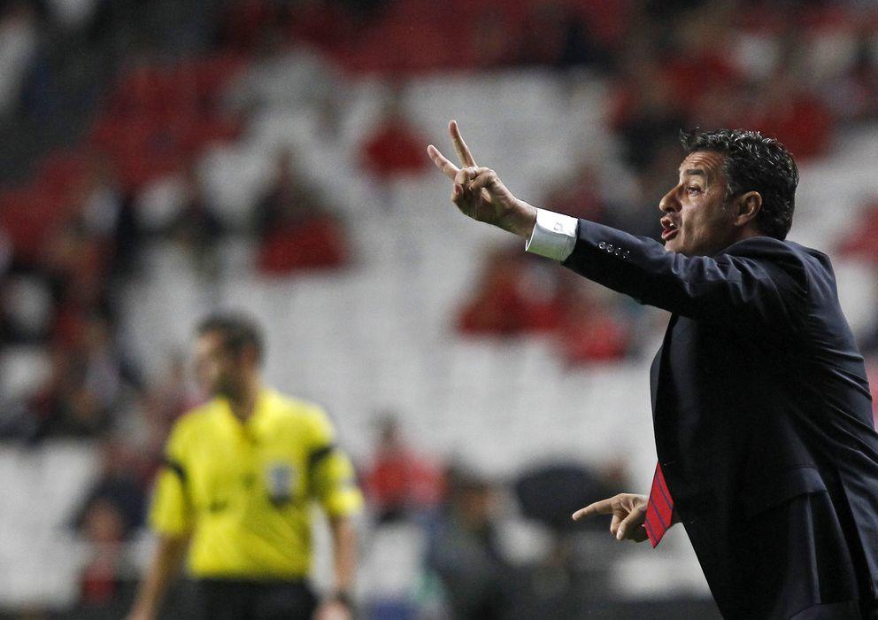Foto: Michel da indicaciones a su equipo durante un partido de Olympiakos.