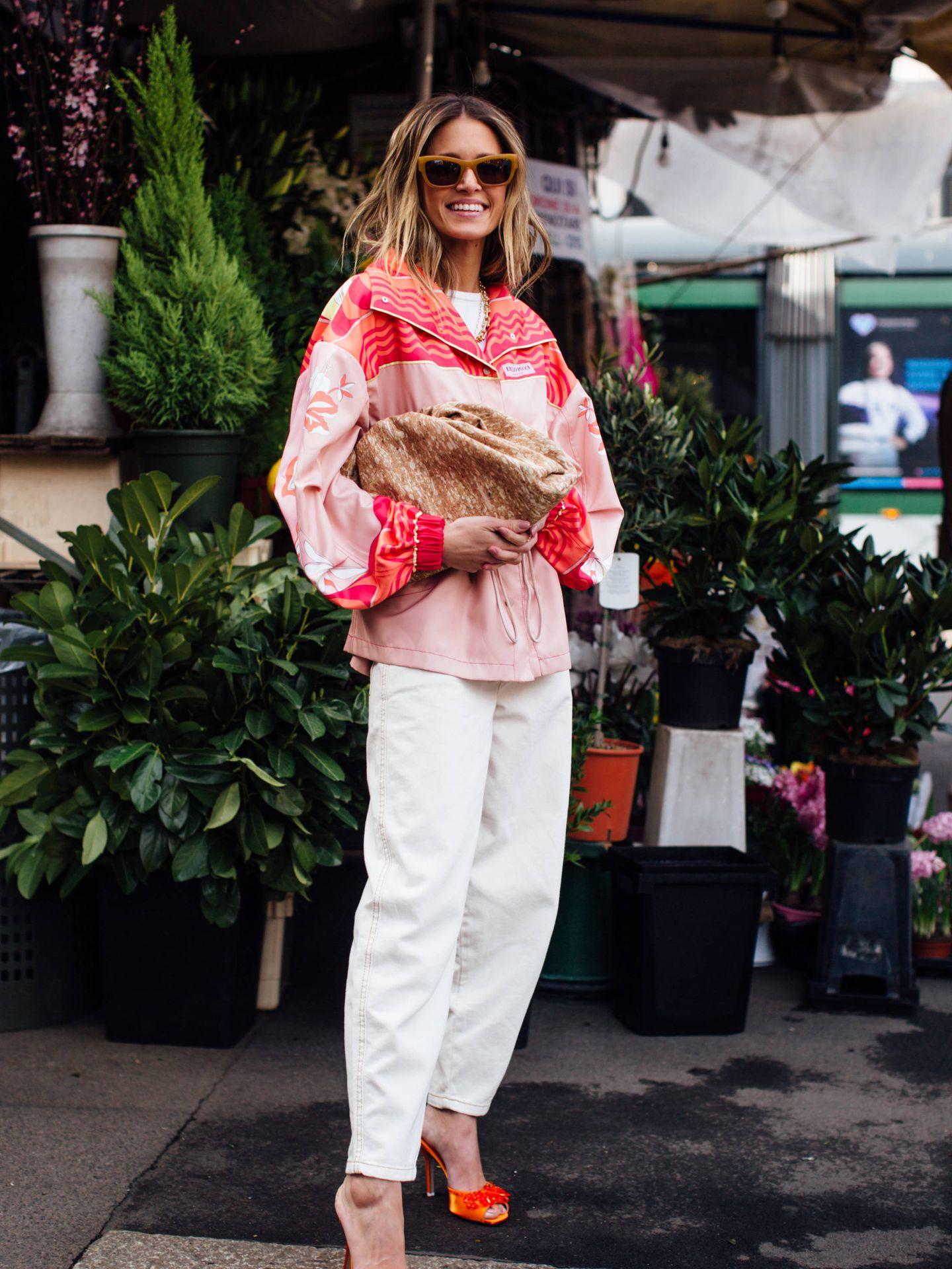 Un look con pantalón blanco. (Imaxtree)