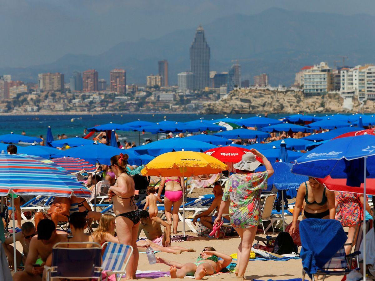 Foto: Imagen de las playas de Benidorm una vez levantado el estado de alarma. (EFE)