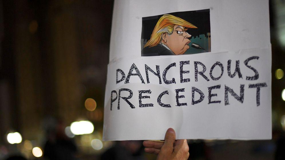 Foto: Un cartel contra Trump en una manfiestación. (Reuters)