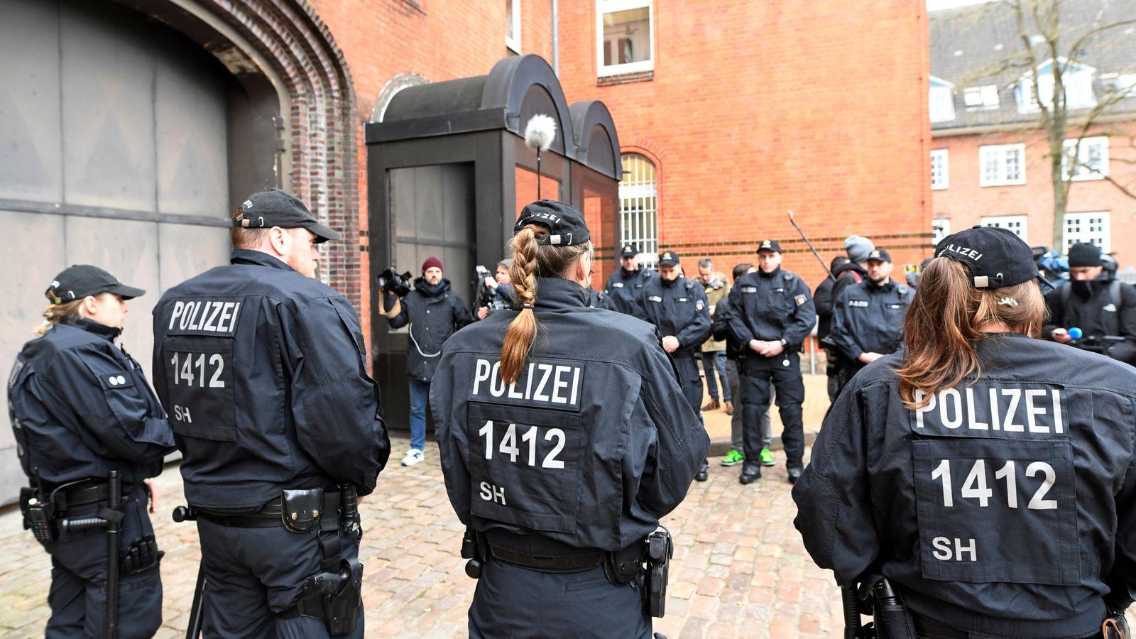 Foto: Policía alemana ante la prisión de Neumünster. (Reuters)