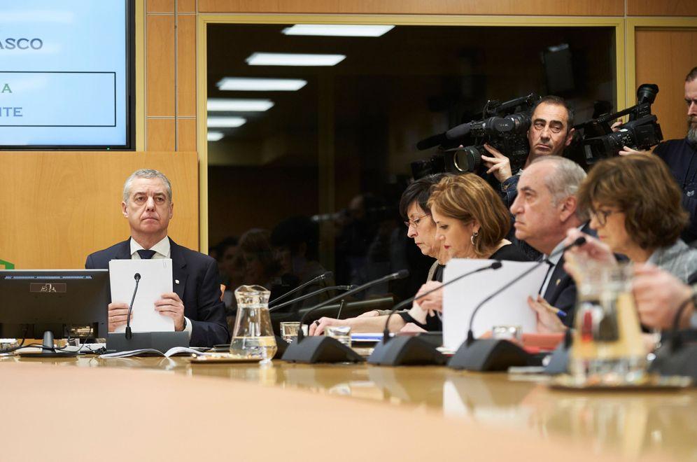 Foto: Urkullu y los cuatro consejeros del Ejecutivo, en los instantes previos a su comparecencia de este martes en el Parlamento Vasco. (EFE)