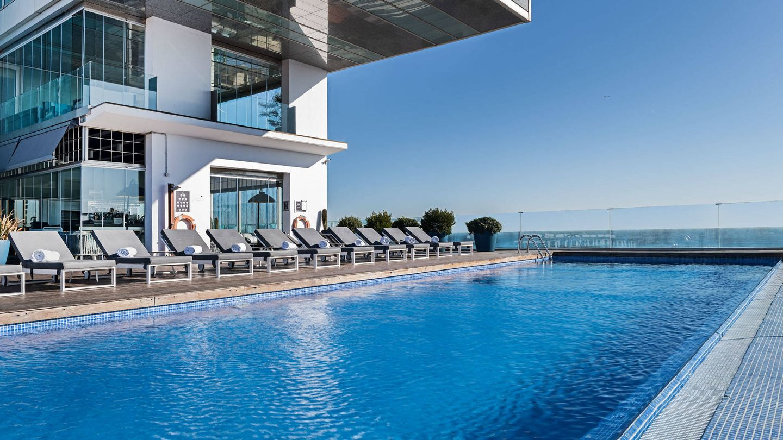 La terraza del AC Barcelona Forum, con piscina y junto al mar. (Cortesía)
