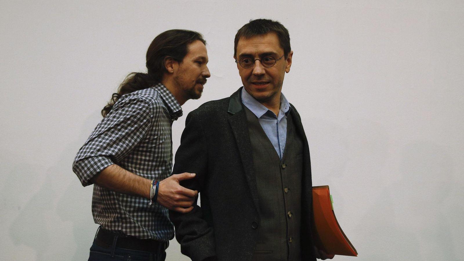 Foto: El secretario general de Podemos, Pablo Iglesias (izda), junto al cofundador de la formación Juan Carlos Monedero. (Reuters)
