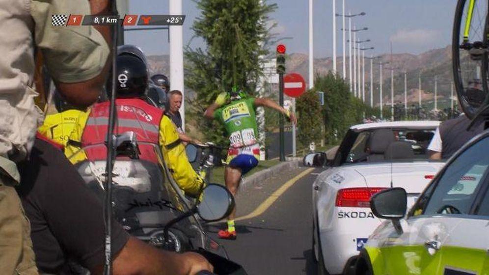 Foto: Peter Sagan golpea con rabia su bicicleta tras ser arrollado por una moto.