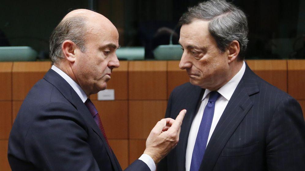 Foto: Luis de Guindos conversa con Mario Draghi. (Reuters)