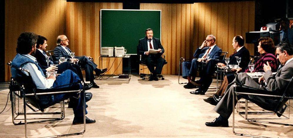 Foto: Fotograma de una emisión de 'La Clave' con José Luis Balbín en el centro.