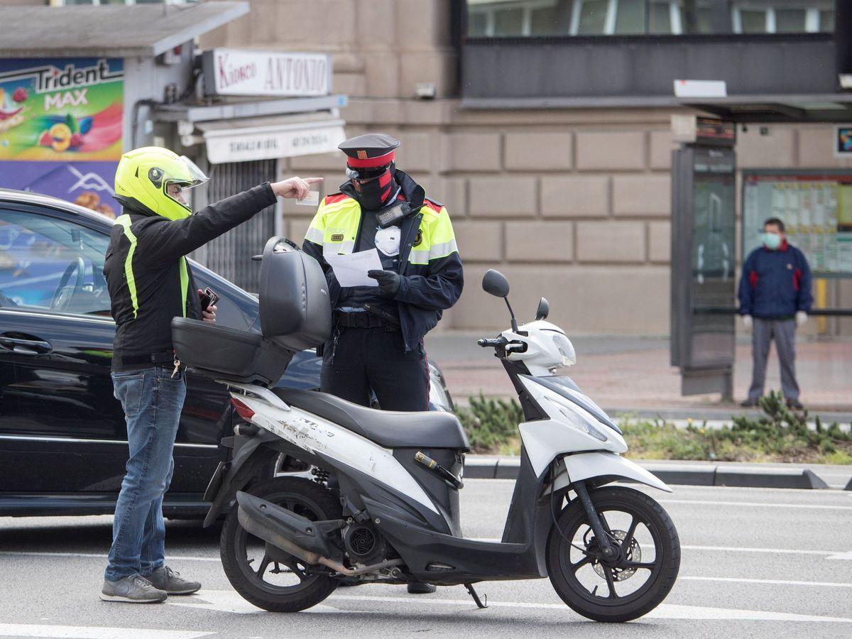 Foto: Control de los Mosso d'Esquadra para comprobar que se cumplan las medidas excepcionales de confinamiento en Barcelona. (EFE)