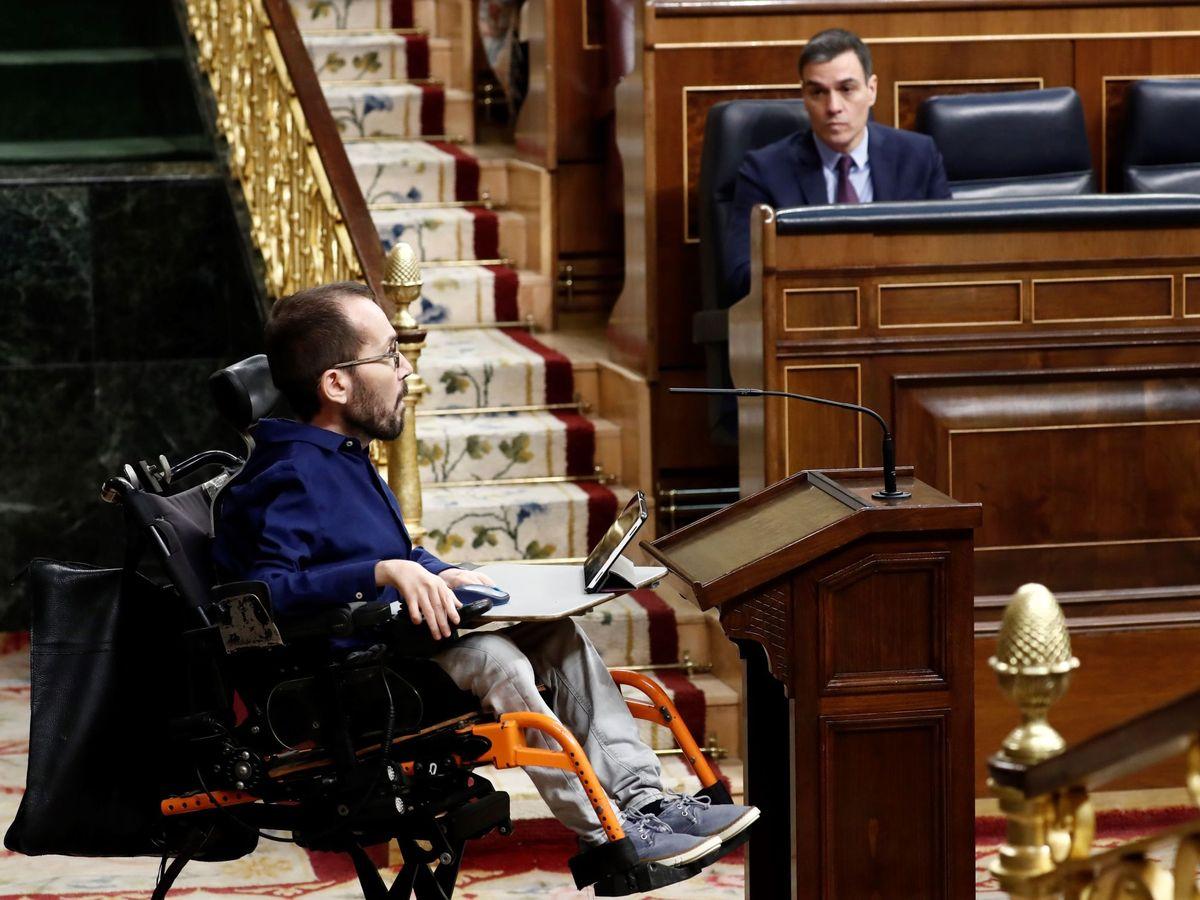 Foto: El portavoz de Unidas Podemos, Pablo Echenique (i), se dirige a dar la réplica, este miércoles en el Congreso, al presidente del Gobierno, Pedro Sánchez (d. (EFE)