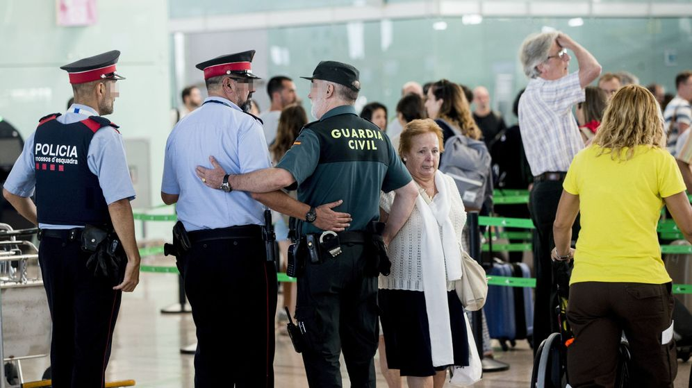 Foto: Agentes de la Guardia Civil y Mossos d'Esquadra en el aeropuerto de El Prat en Barcelona. (Efe)