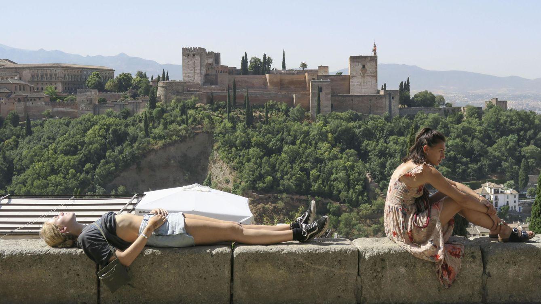 Foto: Turistas en un mirador frente a la Alhambra de Granada. (Foto: EFE)