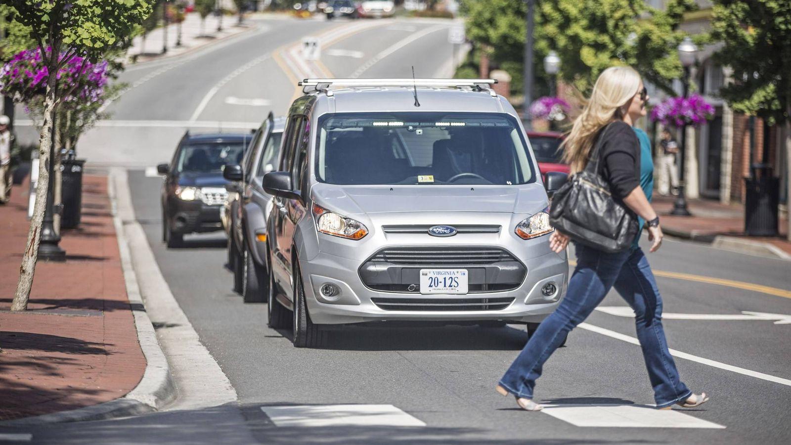 Foto: Un coche sin conductor de Ford realiza pruebas en Virginia, Estados Unidos.