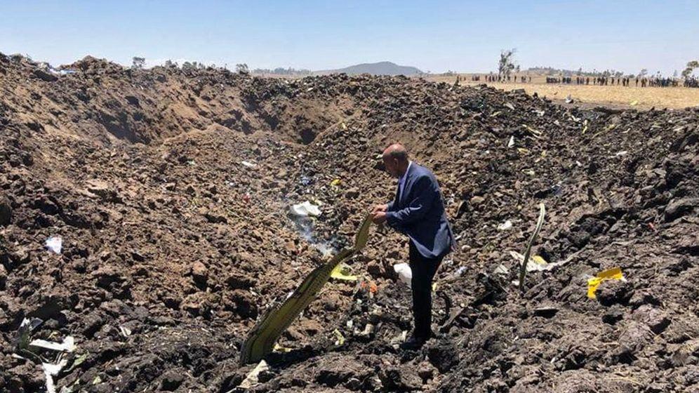 Foto: El primer directivo de Ethiopian Airlines, el domingo, con restos del 737 MAX siniestrado. (Ethiopian)