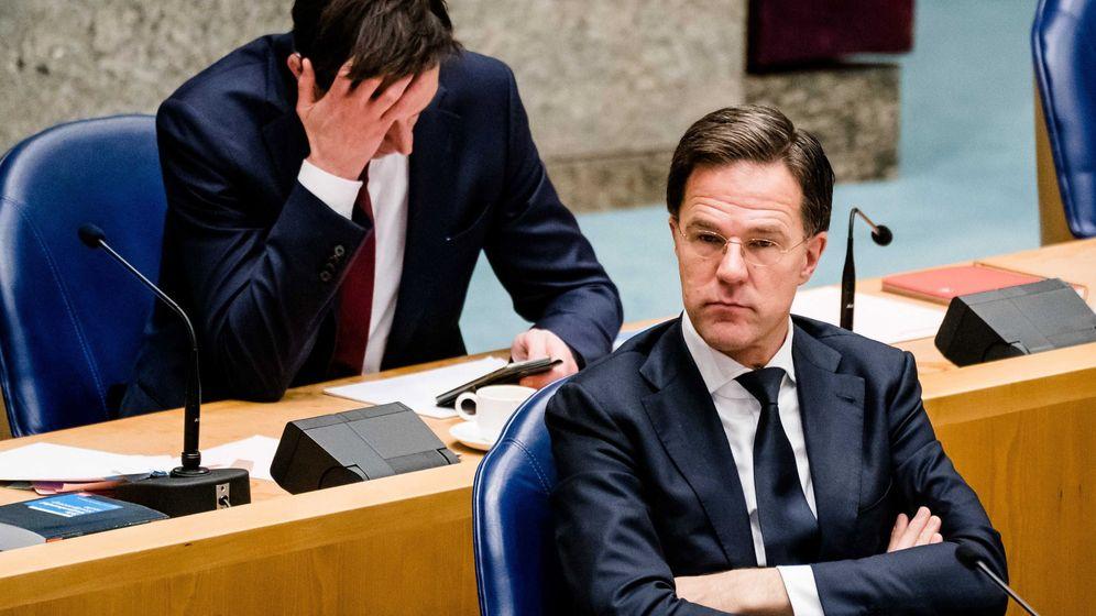 Foto: Primer ministro de Holandam Mark Rutte, sentado delante del ministro de Finanzas wopke Hoekstra