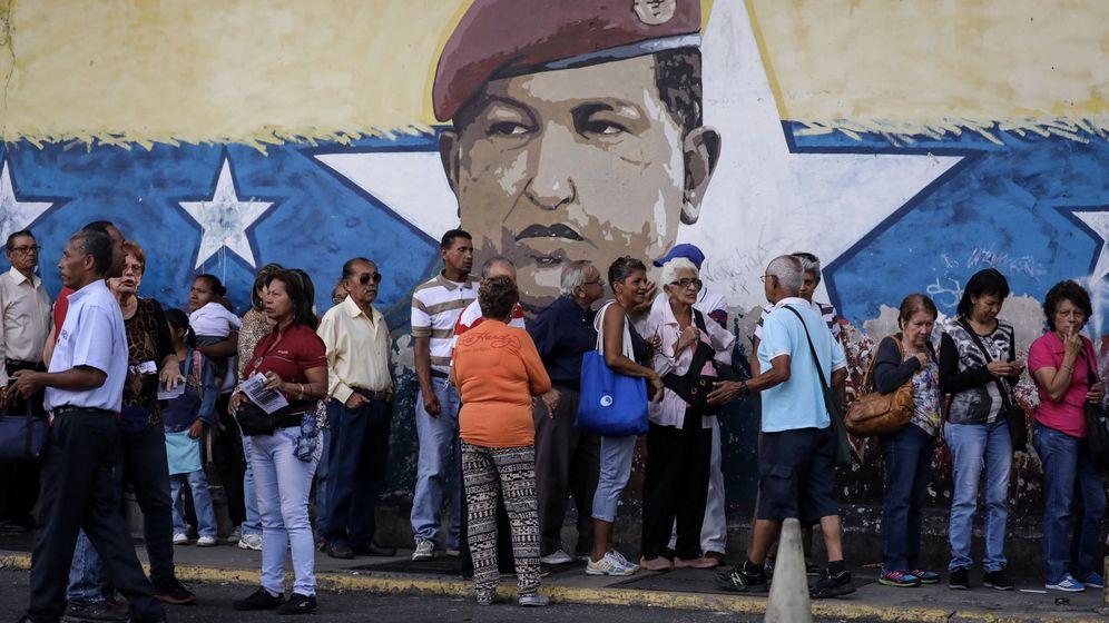 Foto: Chavistas esperan en la calle para votar. (EFE)