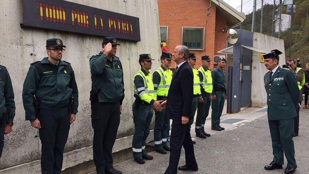 Foto: El director general de la Guardia Civil visita la casa cuartel de Alsasua. (EFE)