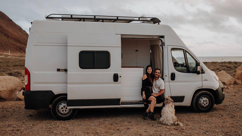 Adrián e Illaria en su furgoneta. (A. I.)